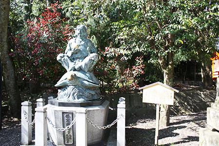 籠神社銅像